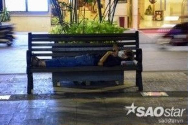 Tuy nhiên trước lệnh cấm, tình trạng tổ chức ăn uống, xả rác, buôn bán diễn ra thường xuyên. Bên cạnh đó, người vô gia cư thường chiếm dụng ghế công cộng làm nơi nằm ngủ đang càng nhiều trên phố đi bộ Nguyễn Huệ.
