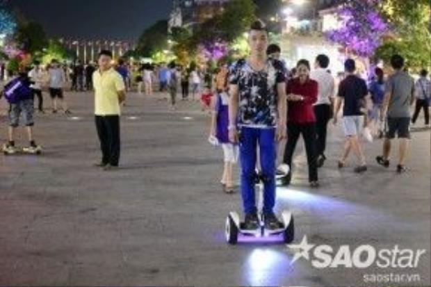 Gần đây, tại con phố đi bộ đầu tiên của Sài Gòn cũng xuất hiện dịch vụ cho thuê xe điện thu hút khá nhiều bạn trẻ. Từ đó, hình ảnh những thanh thiếu niên điều khiển xe điện chạy loạn xạ trên con đường dành cho người đi bộ.