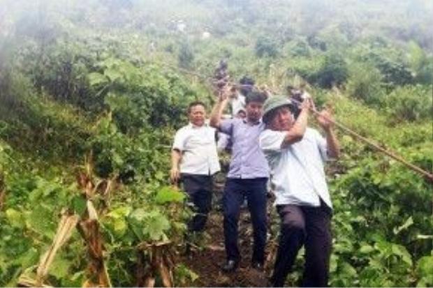 Năm 2014, Bộ trưởng Đinh La Thăng đu bám dây xuống hiện trường vụ tai nạn xe khách tại Lào Cai.