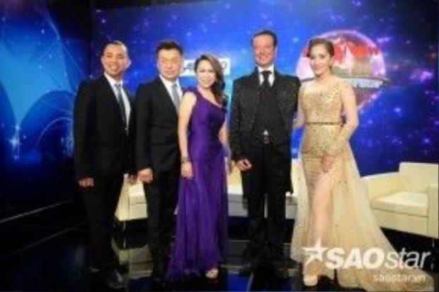 Kiện tướng Dancesport quốc tế Chí Anh và Khánh Thi cùng với các vị khách quý của Vietnam Cup Showdance 2016: ông bà Shawn Tay, Koh Chien Shih - Gladys Tay và ông Brangbour Franck