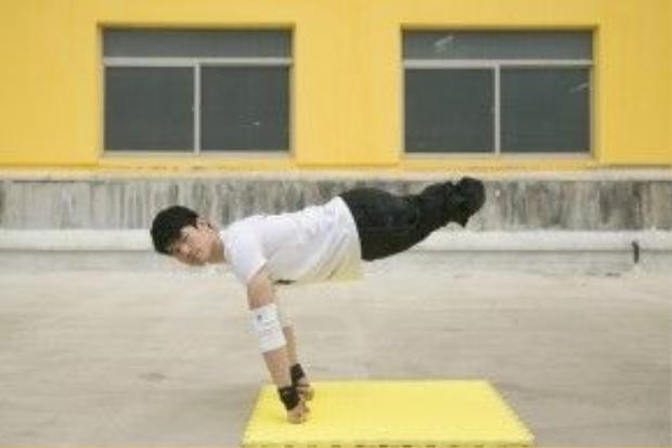 Shen giữ thăng bằng bằng 2 cánh tay