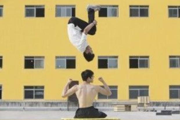 Shen cùng bạn của mình là Qile thực hiện một đông tác parkour tại Hợp Phì, tỉnh An Huy (TQ)