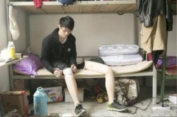 Shen đi chân giả tại phòng KTX của mình ở Hợp Phì, An Huy (TQ)