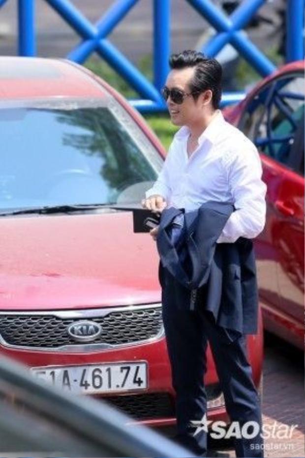 Dương Khắc Linh thanh lịch với sao sơ mi trắng và vest xanh đen.