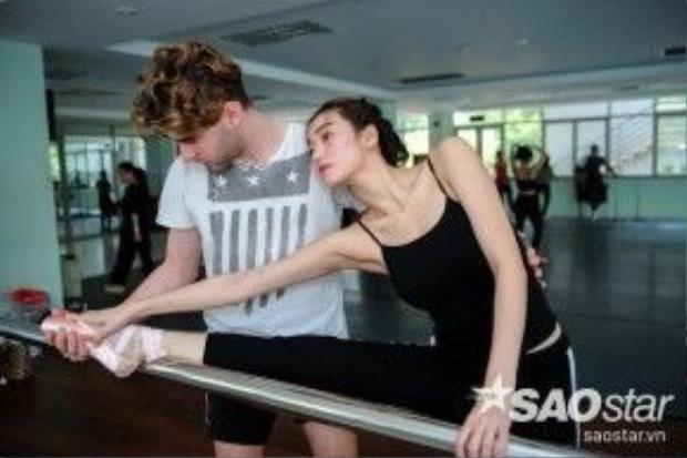Cô và bạn nhảy chăm chỉ tập luyện.