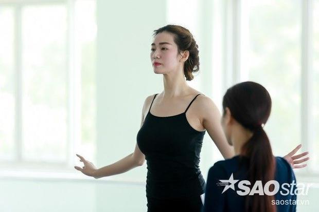 Rò rỉ hình ảnh Hoài Linh hướng dẫn Khánh My múa quạt cho đêm Chung kết