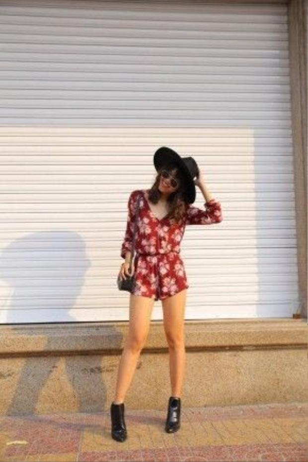 Fashion Blogger Stephanie, chủ nhân blog @RuffCutDiamond tươi trẻ, phóng khoáng với outfit boho-chic sặc sỡ của mình. Cô nàng phối cùng túi saddle, nón fedora, giày bốt ankle .