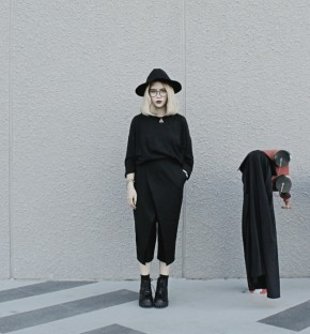 Trang Tạ diện outfit all-black nhưng không hề gây nhàm chán bởi cách kết hợp các item thời trang cũng như layer đẹp mắt.