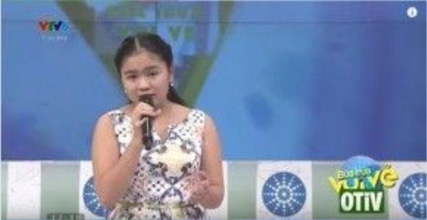 Cô bé cũng khiến khán giả vô cùng xúc động khi trình diễn ca khúc Thương về miền Trung trong chương trình Buổi trưa vui vẻ.