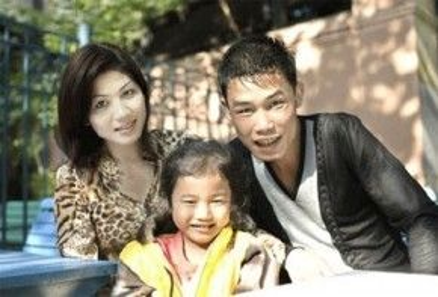 Hiệp Gà bên người vợ đầu và con gái.