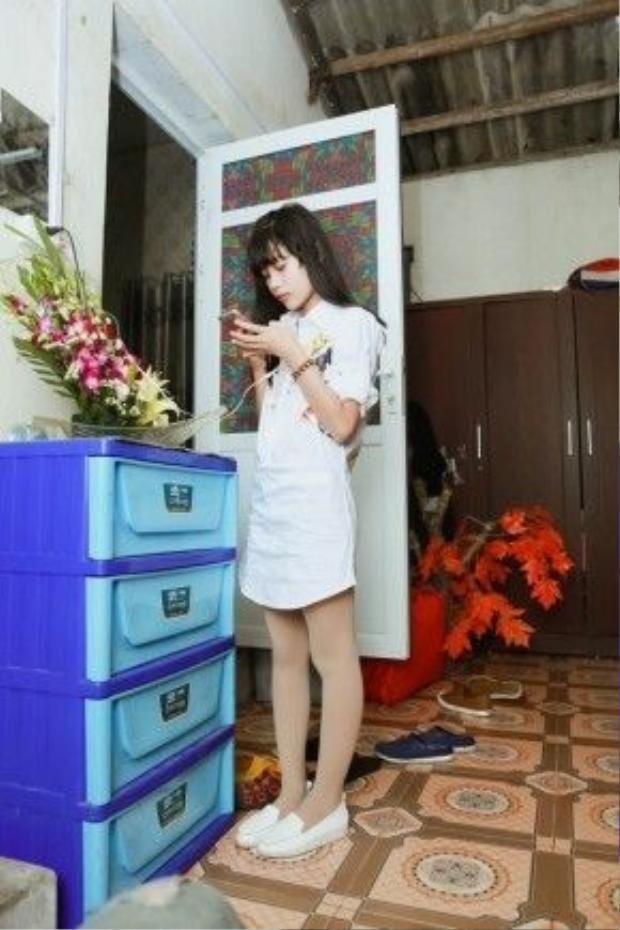 Cô bé sống với bố đã nhiều năm tại căn nhà nhỏ ở quê nhà - thôn Tiên Cầu, xã Hiệp Cường, Kim Động, Hưng Yên. Sở hữu gene của bố nên năm dù mới chỉ 12 tuổi (sinh năm 2004), nhưng Hân Huyền đã có ngoại hình xinh xắn với chiều cao nổi trội, xấp xỉ 1,6 m.