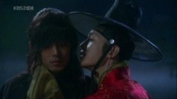 Song Joong Ki và Yoo Ah In trong phim Chuyện tình ở Sungkyukwan.
