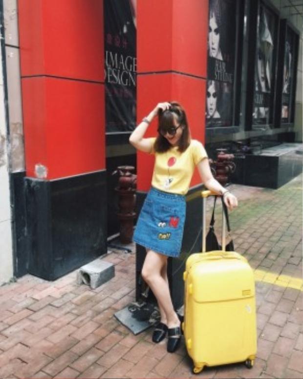 Yến Nhi lại có cách phối vô cùng bắt mắt với áo T-shirt cùng chân váy jean. Thêm một đôi giày mules flat cùng cặp kính mát là bạn sẽ có ngay outfit năng động, trendy như Yến Trang.