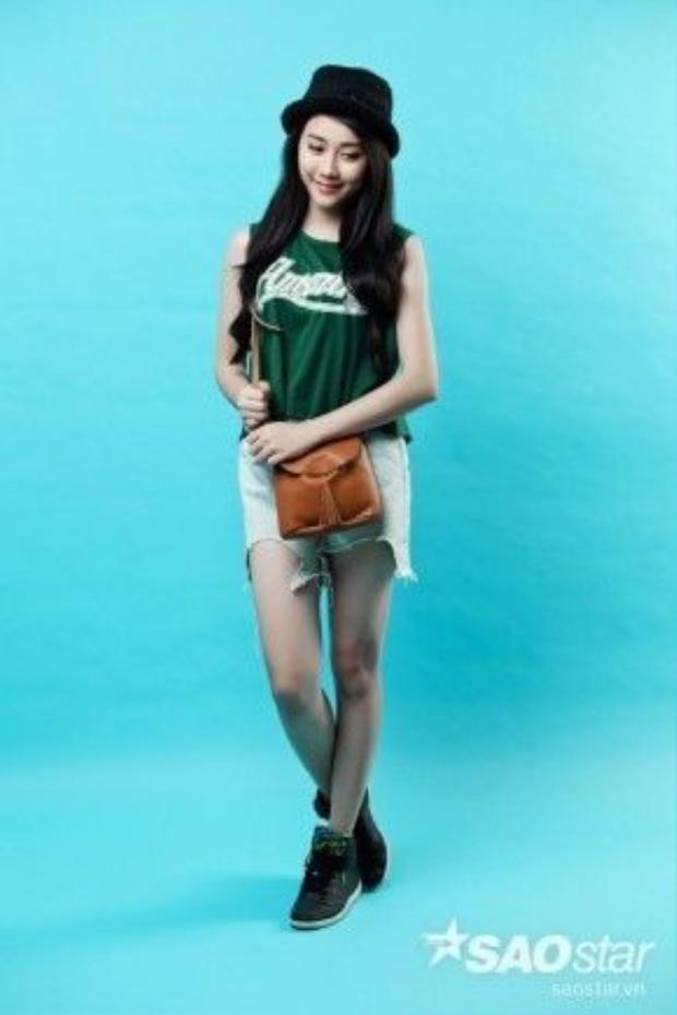 Phủi bụi một chút, fan của cô nàng Lee cũng có thể diện style thể thao cùng jean rách như thế này. Gợi ý cho bạn là áo màu xanh lá sẫm sẽ giúp tôn lên làn da của bạn một cách tuyệt đối bên cạnh túi da bò giúp set đồ trông nổi bật vừa đủ.