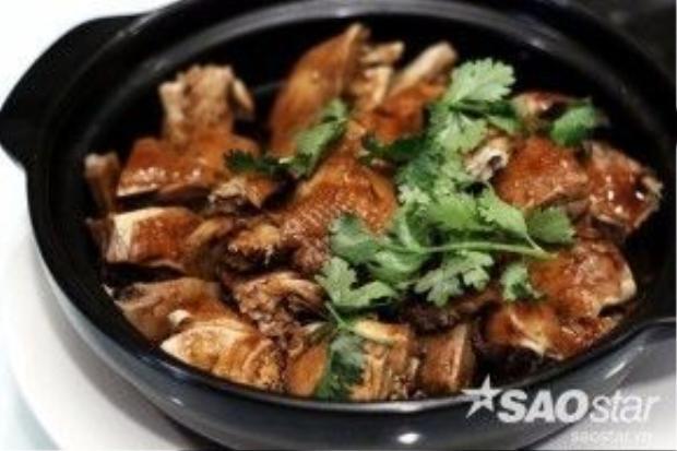 Gà hầm phi lê kiểu Thuận Đức. Gà được ướp với rượu trắng, gừng, bột gạo, muối và đường phèn nên có vị ngọt, ấm và thanh. Có thể ăn kèm cơm trắng.