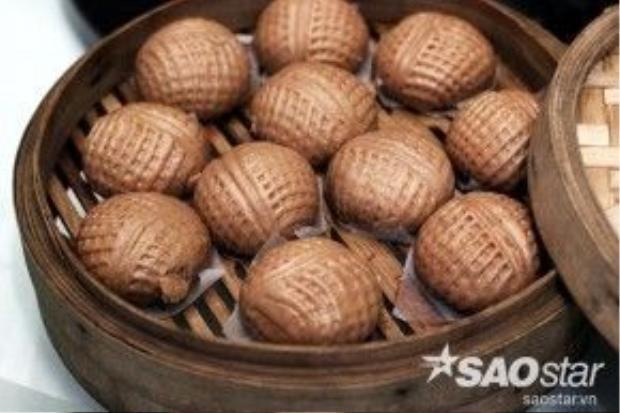 Bánh bao chocolate nhân đậu đỏ và hạt óc chó cũng là một món ngon sáng tạo của các đầu bếp Thuận Đức. Hình dáng của bánh bao cũng được làm trông giống như hạt óc chó.