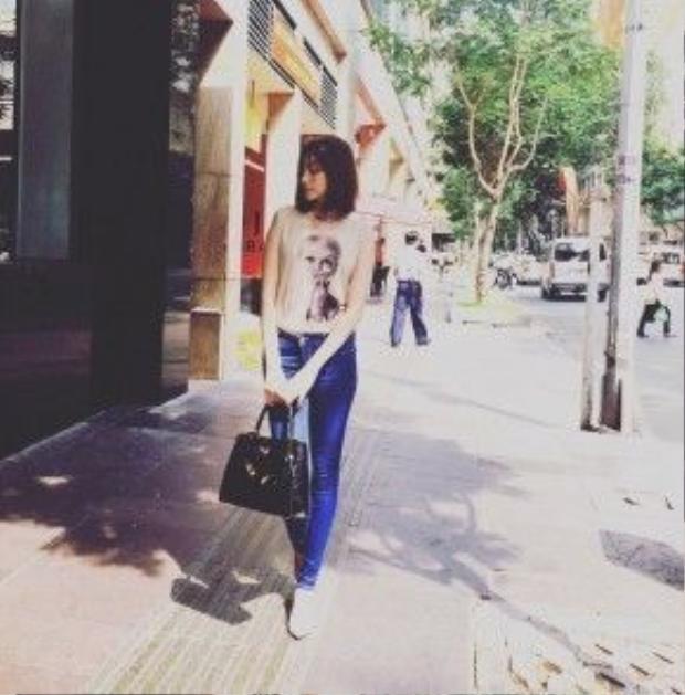 Diện trang phục đơn giản và năng động, Trúc Diễm tinh tế khi chọn túi xách là điểm nổi bật nhất trong set đồ của cô.