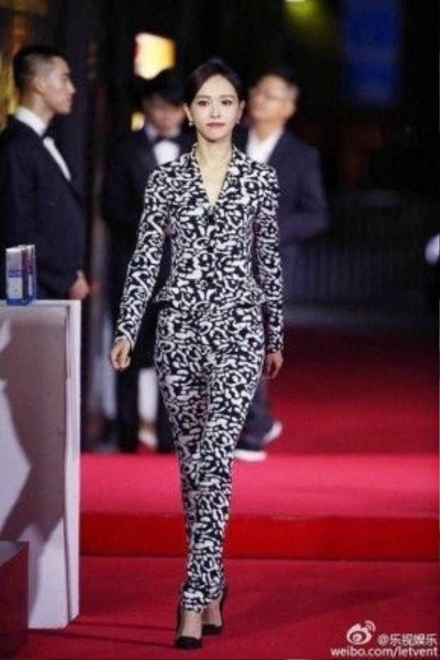 Đường Yên có phần mơ nhạt khi mặc trang phục trung tính, không phù hợp sự kiện thảm đỏ.