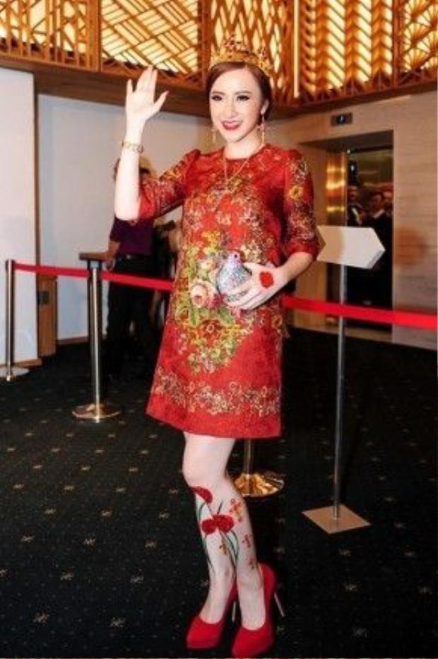 Angela Phương Trinh nổi bật trên thảm đỏ sự kiện thời trang với váy thêu dáng suông tông màu cam mới nhất của thương hiệu Dolce&Gabbana có giá khoảng 3.000 USD.