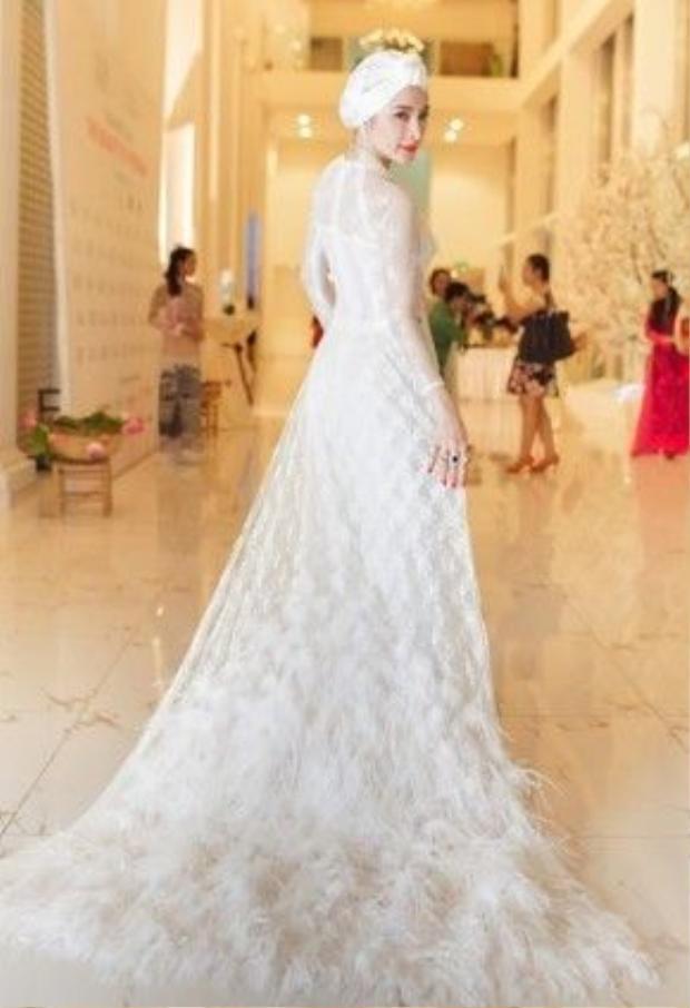 Angela Phương Trinh khoe vẻ đẹp gợi cảm và nổi bật trong sự kiện.