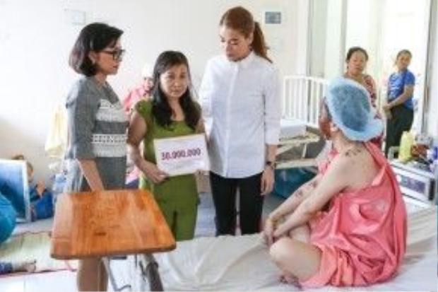 Trương Ngọc Ánh đến thăm hỏi và giúp đỡ, hỗ trợ Thu Hương.