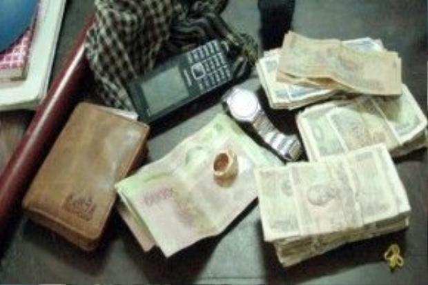 Công an tạm giữ số tiền trong người Tâm.