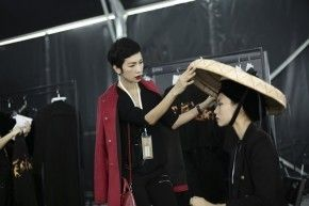 Đông Hạ là người mẫu Việt duy nhất được tham gia trình diễn trong BST Tonkin lần này tại Shanghai Fashion Week.