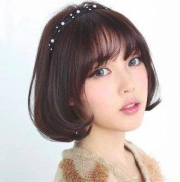 Phụ kiện be bé như cài đầu đính hạt sẽ tô điểm cho mái tóc tông tối màu hơn.