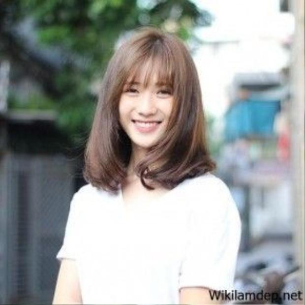 Hot girl Trâm Anh với nụ cười thiên thần cũng đã chọn lựa tóc ngang vai cho mình với tông nâu hạt dẻ.