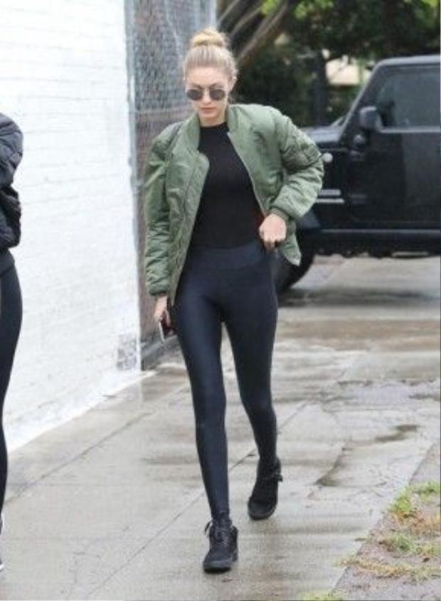 Gigi thường chọn sneaker có những tông màu cơ bản như đen, trắng, xám để dễ dàng hơn trong việc phối đồ.
