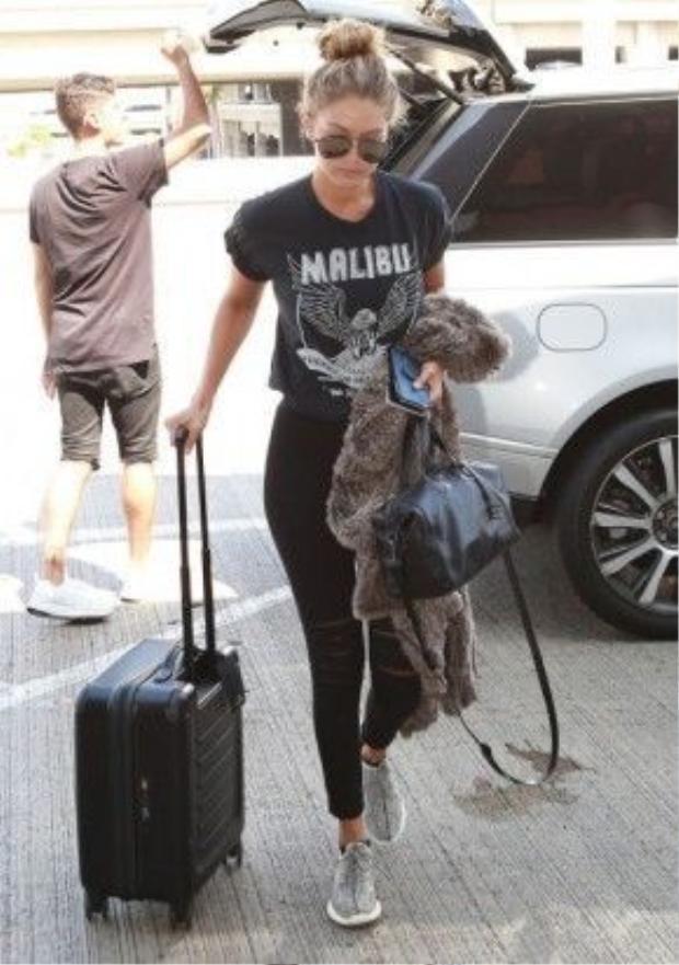 Gigi cũng không quên diện đôi sneaker màu xám này khi đi du lịch.