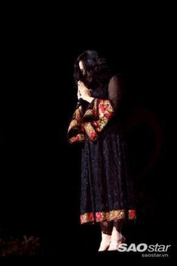 """Trong đêm nhạc này, đãng lẽ Thanh Lam chỉ biểu diễn 3 ca khúc kể trên, nhưng vừa hồi chiều, nữ ca sĩ nhận được tin nhạc sĩ Nguyễn Ánh 9 qua đời cho nên đã trình bày thêm ca khúc Cô đơn - một trong những nhạc phẩm hay của Nguyễn Ánh 9. Từng bị chính """"cha đẻ"""" của ca khúc chê hát không có cảm xúc, thua một ca sĩ nghiệp dư nhưng trong đêm nhạc Hội ngộ tháng 4, giọng ca Bên em là biển rộngthể hiện nhạc phẩm này đầy sâu lắng và cảm xúc. Sau những biến cố, Thanh Lam đã tiết chế hơn trong cách xử lý ca khúc. Ngay cả khi hát nhạc Trịnh, Thanh Lam cũng không """"ồn ào"""" """"dữ dội"""" như trước."""