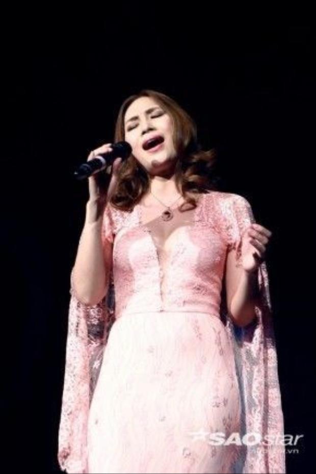 Ca sĩ Mỹ Tâm xuất hiện lộng lẫy trong bộ đầm ren gam hồng. Cô biểu diễn 3 ca khúc Hãy về với nhau (Hòa Nhã), Như một giấc mơ (Mỹ Tâm) và Giọt nắng bên thềm (Thanh Tùng). Với chất giọng nữ trung trữ tình đẹp, giàu cảm xúc, Mỹ Tâm nhận được những tràng pháo tay không ngớt từ phía khán giả.