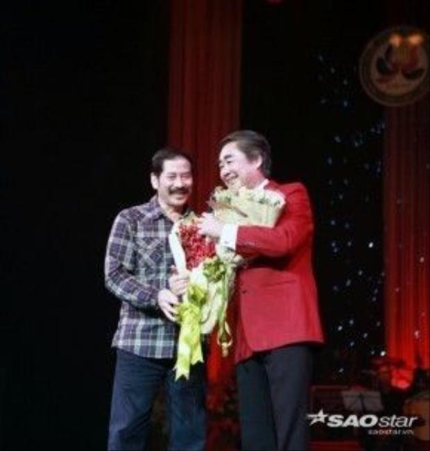 NSƯT Trần Bình - Đạo diễn và biên tập chương trình Hội ngộ tháng 4 tặng hoa lưu niệm cho NSND Quang Thọ.