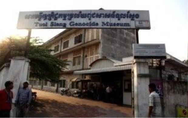 Bên ngoài nhà tù Tuol Sleng.