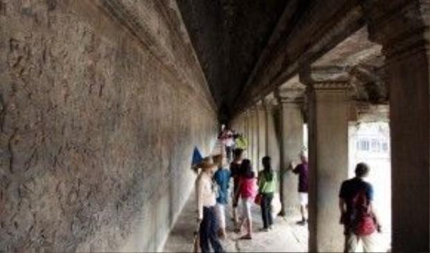 Toàn cảnh đền Angkor Wat (ảnh trên) và một hành lang trong quần thể khu du lịch.