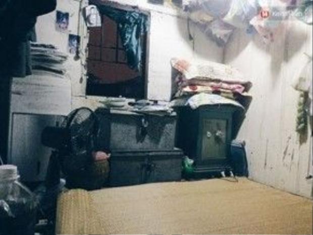 Những căn phòng trọ nhỏ có đủ hòm xiểng, giường chiếu…