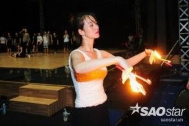 Chân dài thả hồn vào bài nhảy. Cô chia sẻ, đã rất cố gắng để hoàn thành bài nhảy của mình trong vòng 1 tuần.