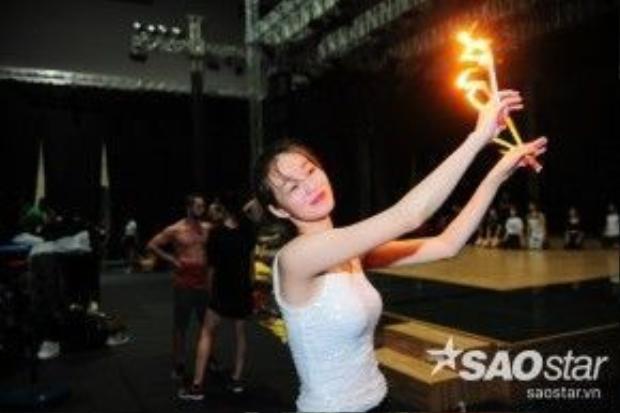 Khánh My còn có sự trợ giúp của Vương Khanh, thí sinh Bước nhảy Hoàn vũ 2015.