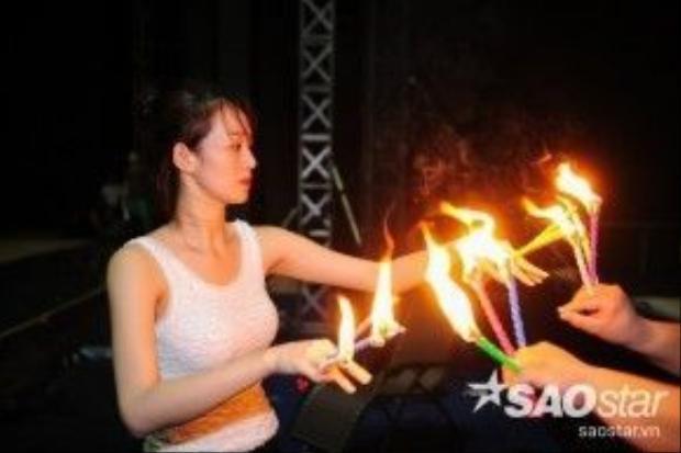 Khánh My thực hiện những điệu nhảy múa nến, gương mặt lộ vẻ lo âu căng thẳng.