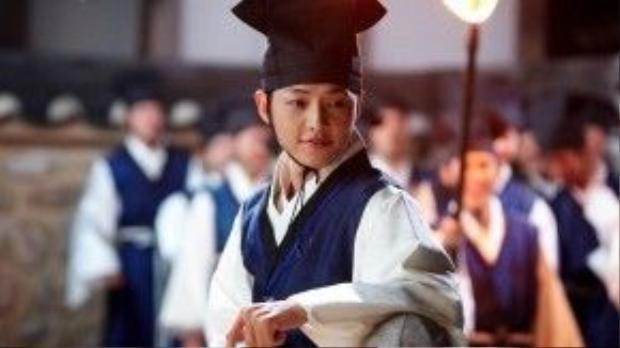 Trước khi nhập ngũ, Song Joong Ki có lượng fan hùng hậu nhờ 2 dự án phim Sungkyunkwan Scandal và Nice Guy.