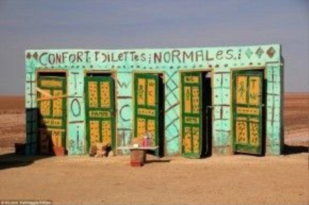 Chott el Djerid, Tunisia: Công trình sặc sỡ ở Chott el Djerid là toilet dành cho khách du lịch, nằm bên bờ hồ nước mặn lớn ở miền nam Tunisia. Đây là điểm đến nổi tiếng từng xuất hiện trong loạt phim Chiến tranh giữa các vì sao, với vai trò là bối cảnh cho quê hương thời thơ ấu của Luke Skywalker.