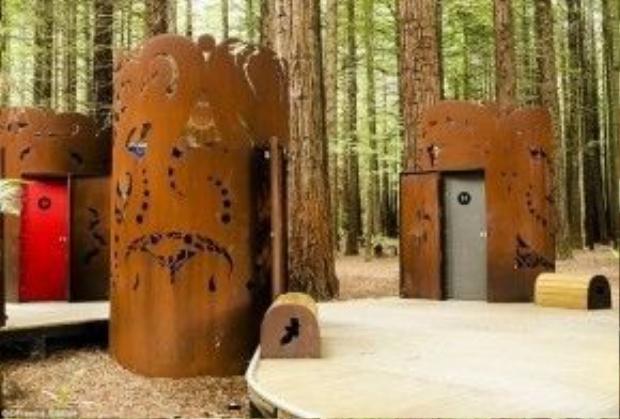 Rotorua, New Zealand: Những toilet trong rừng Redwoods ở Rotorua do nghệ sĩ người Maori, Kereama Taepa, thiết kế. Mỗi khoang tượng trưng cho một loài chim đã tuyệt chủng hay đang bị đe dọa ở đảo Bắc của New Zealand.