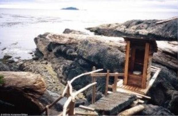 Haida Gwaii, British Columbia, Canada: Toilet nằm bên bờ biển Haida Gwaii sử dụng năng lượng từ ánh trăng, tự động xả chất thải hai lần một ngày.