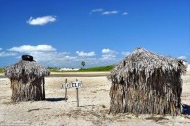 """Jericoacoara, Brazil: Các cặp đôi tới bãi biển Jericoacoara ở Brazil có thể sử dụng toilet """"Chàng và nàng"""" trên bãi cát. Hai toilet này được dựng bằng gỗ và lá dừa."""