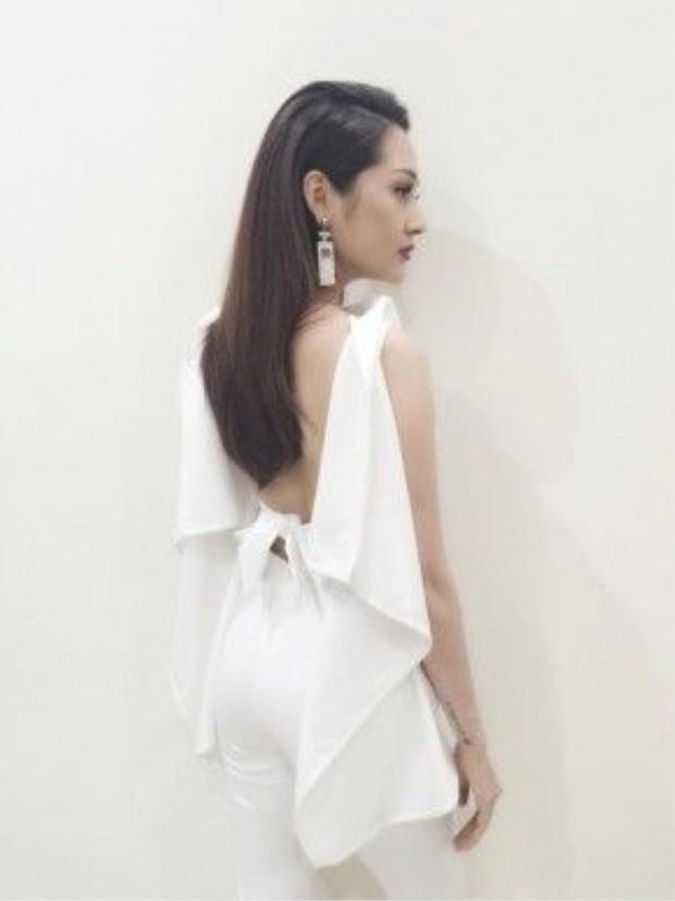 Set đồ white-on-white hở lưng vô cùng gợi cảm.