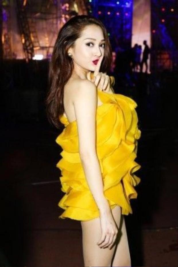 Bộ váy ấn tượng này là một sản phẩm của NTK Huy Trần. Trang phục giúp Bảo Anh khéo léo khoe trọn được đôi vai gầy gợi cảm cùng đôi chân thon dài.