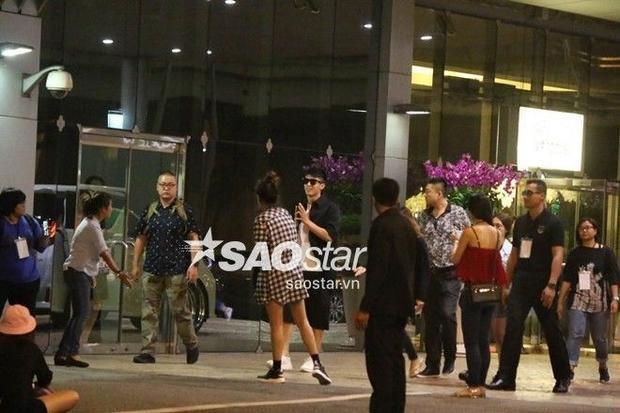HOT: Hoàng Cảnh Du cười tươi, chắp tay chào hàng nghìn người hâm mộ tại sân bay Thái Lan