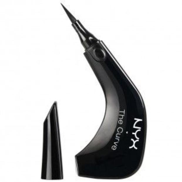 NYX The Curve với thiết kế thông minh ôm sát tay giúp bạn dễ dàng xoay chuyển tình thế khi kẻ đường đuôi mắt như Liz giá 290.000 VND.