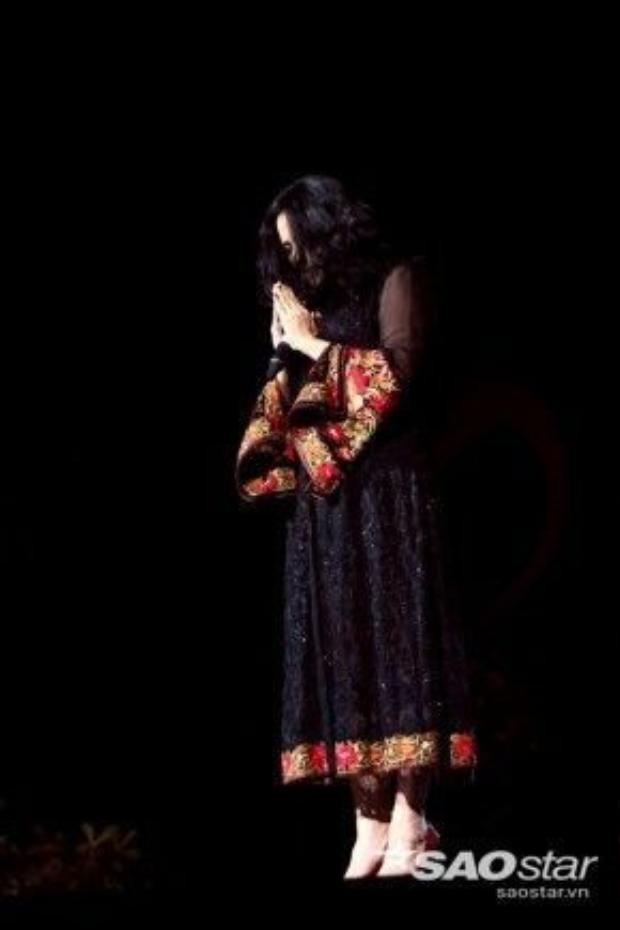 Trong đêm nhạc Hội ngộ tháng 4 (14/4) Thanh Lam hát ca khúc Cô đơn và cúi đầu tưởng nhớ vị nhạc sĩ. Ảnh: Bình Quách